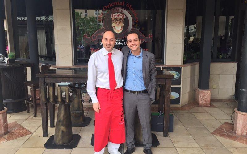 Arhamis junto a Luis, del restaurante Monkey en Playa de las Américas
